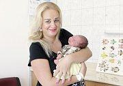 Samuel Zabilanský se narodil 21. června ve 2 hodiny ráno. Vážil 2930 gramů a měřil 49 centimetrů. Maminka Aneta a tatínek Ondřej bydlí v Sezemicích.