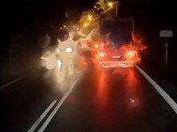 Těsný únik. Řidič osobního vozu v protisměru neměl proti předjíždějícímu kamionu jinou možnost než zastavit mimo vozovku. Jinak by riskoval fatální čelní střet.