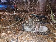 Opilá žena zdemolovala vůz nárazem do stromu ve vysoké rychlosti.