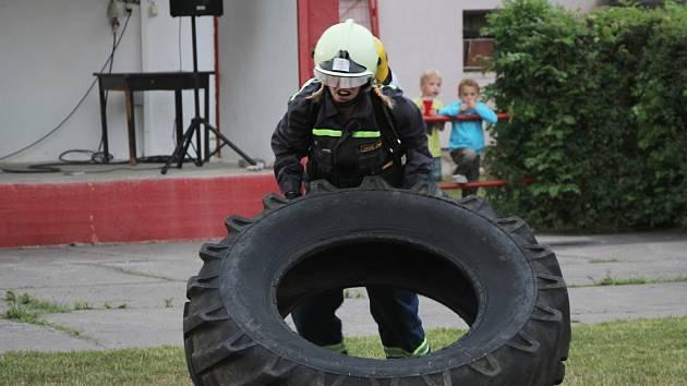 Noční soutěž hasičů v plné výstroji.