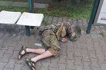 Opilec ležící na zastávce