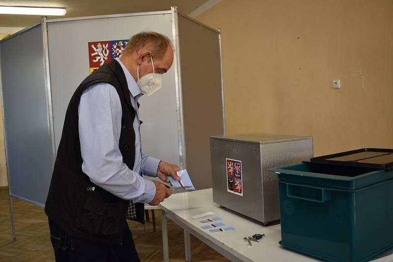 Předseda volební komise připravuje zapečetění volební urny.