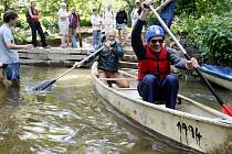 Nevidomí si pod odborným vedením členů Klubu vodáků a turistů Pardubice mohli zkusit jízdu na kánoi či raftu.