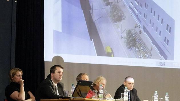 Dvě varianty fungování třídy Míru představili na veřejném projednávání čelní představitelé Pardubic.