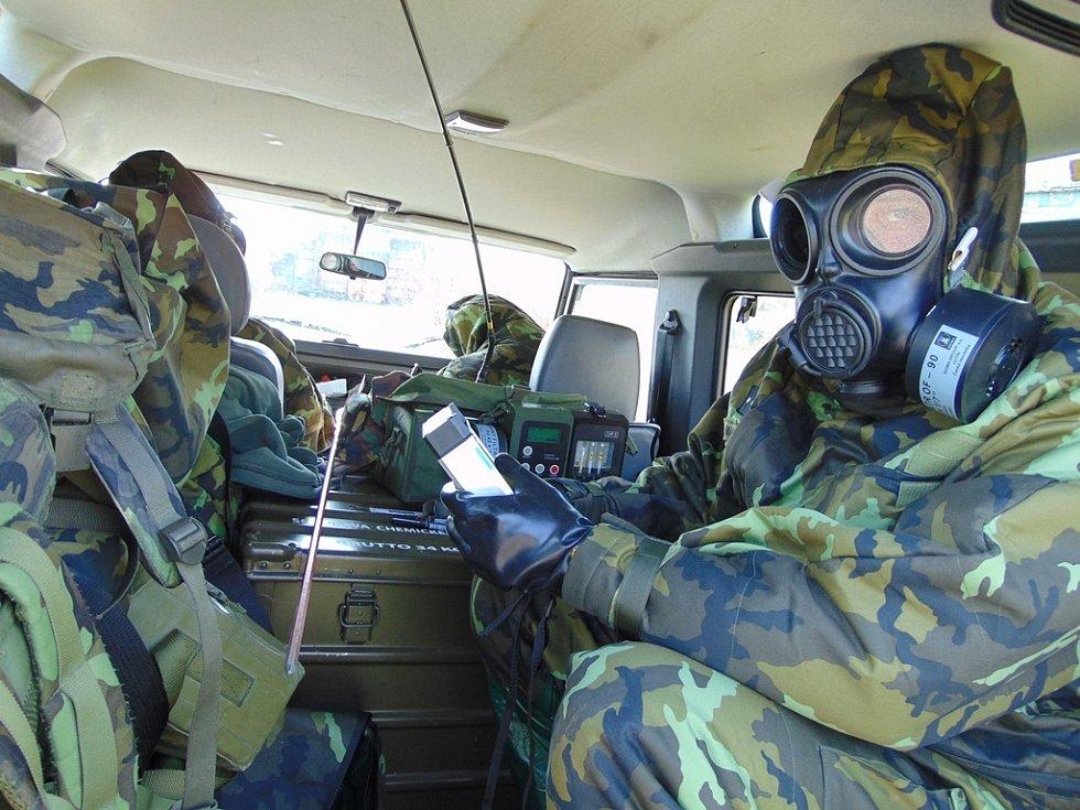 Chemický specialista používá k průzkumu detekční přístroje.