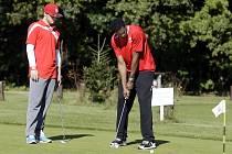 """Na velikosti nezáleží... Pardubičtí basketbalisté relaxovali na golfovém hřišti v Lázních Bohdanči a jejich vedení se """"potilo"""" při dotazech novinářů. Na snímku patuje Corey Miurhead."""