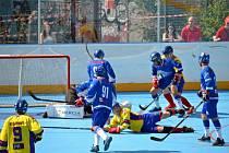 Už jednou pardubičtí hokejbalisté (v modrém) ve finálové sérii v Praze zvítězili.