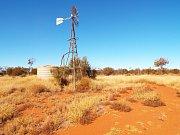 Další typický obrázek australské pustiny. Pumpa na vodu poháněná větrem. Jediný zdroj vody pro okolí.