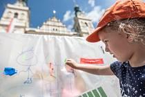Z archivu Deníku. Zahájení staršího ročníku festivalu Zrcadlo umění na Pernštýnském náměstí v Pardubicích.