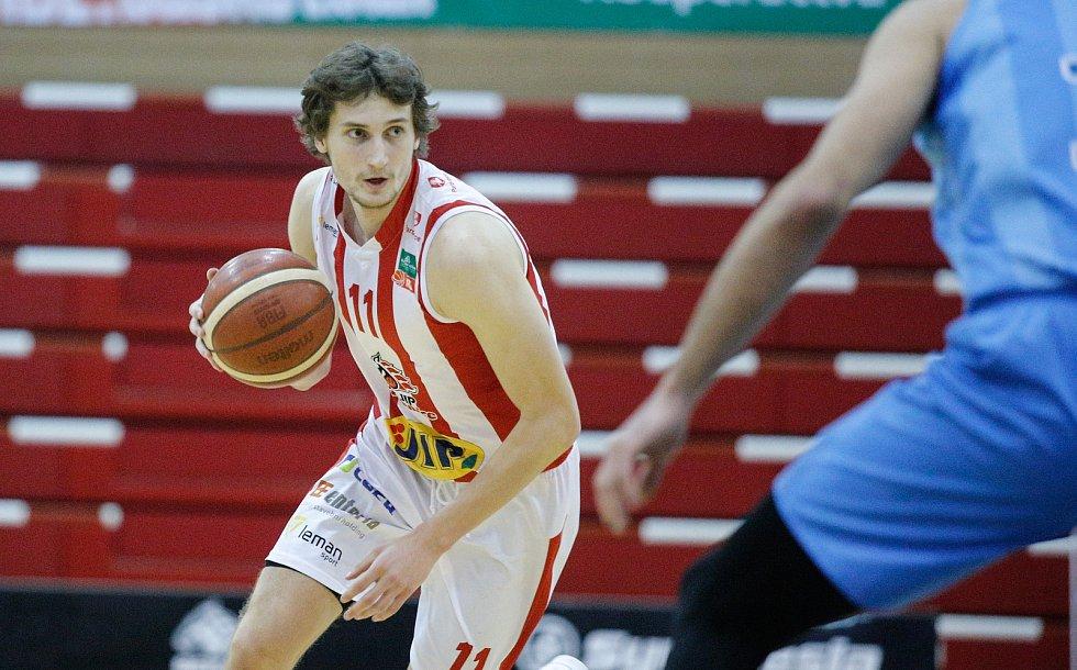Basketbalové utkání Kooperativy NBL mezi BK JIP Pardubice (v bíločerném) a BK Olomoucko (v modrém) v pardubické hale na Dašické.