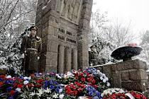 Přívaly sněhu přivítaly u památníku pardubického Zámečku velké množství pamětníků paravýsadku Silver A. Pietní vzpomínku doplnilo také kladení věnců.