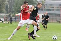 NEDOVOLENÉ ZÁKROKY museli použít fotbalisté Žižkova, aby zastavili Petra Rybičku. Jednou z toho byla penalta.
