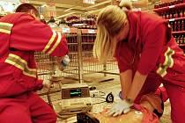 Soutěž záchranářů v Pardubicích probíhala třeba v obchodním centru za plného provozu