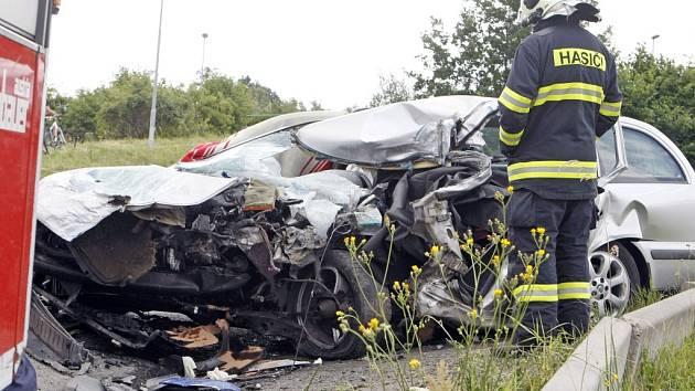 Na silnici poblíž Černé za Bory se střetl nákladní automobil s octavií. Řidič osobního vozu nehodu nepřežil.