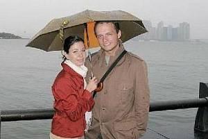 FILIP ŠORF se svou ženou na Liberty Island. V pozadi je vidět Ellis Island a New York City.