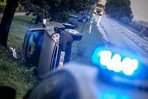 Dopravní nehoda ve Zminném. Auto skončilo na boku, řidička v nemocnici.