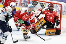 Hokejová Škodovka má Pardubicím oplácet porážku z prvního kola, kdy ztroskotala na brankáři Dominiku Frodlovi (na snímku).
