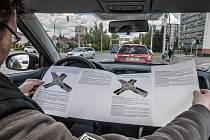 Křižovatka na Dašické dělá některým řidičům problémy. Na webu města je proto podrobný manuál, jak se s nástrahami tohoto místa vypořádat. Studovat návod až v autě ovšem nedoporučujeme, je na to potřeba hodně místa.