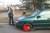 Pokus o zbavení se botičky nevyšel. Její sundání se posádce auta nepovedlo.