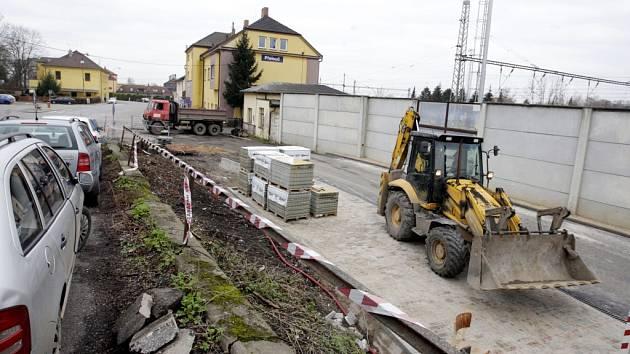 U přeloučského nádraží vzniká nové parkoviště.