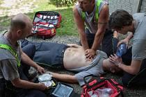 Nácvik použití automatického defibrilátoru. Dobrovolní hasičiz Libišan s ním budou moci vypomoci  před příjezdem záchranné služby a zvýšit tak šance pacienta na přežití.