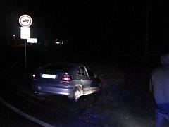 Auto v příkopu u Chvaletic. Řidič neměl papíry, zato v dechu měl přes 1,7 promile.