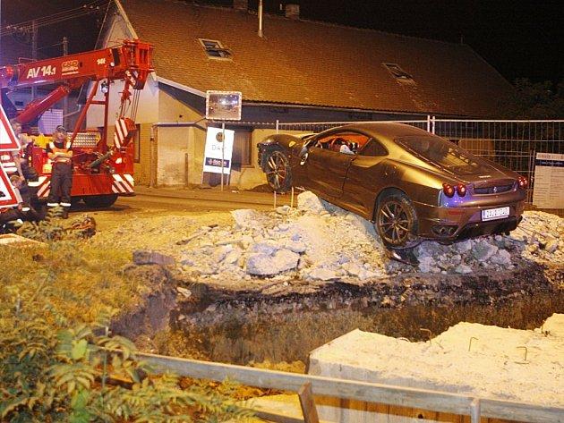 Havarované ferrari na mostě v Popkovicích skončilo na hromadě sutin z rekonstruovaného mostu. Řidič se dal na útěk...