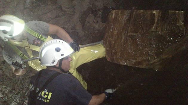 Čištění ucpaného dvacetimetrového tunelu je velmi náročné. Hasiči si museli poradit kupříkladu i s třistakilovým kamenem, jehož stěhování trvalo více než dvě hodiny.