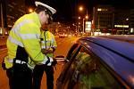 První pokutu udělují policisté sotva vyjedeme do terénu. Řidič na Masarykově náměstí telefonuje za jízdy.