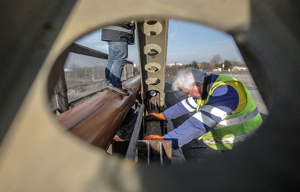 ČERVEN. Opravy na pardubickém nadjezdu u Parama si vyžádaly uzavření železničního koridoru. S pomocí jednoho z největších jeřábů, který je v Česku k dispozici, byla přes koleje umístěna konstrukce mostu, která se skládala ze sedmi nosníků.