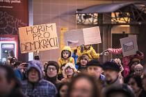 Zapálení pro demokracii. Události 17. listopadu si před Východočeským divadlem v Pardubicích připomenulo několik stovek lidí.