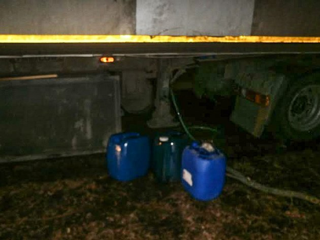 Naftu z kamionu vytáčeli čtyři pachatelé na parkovišti.