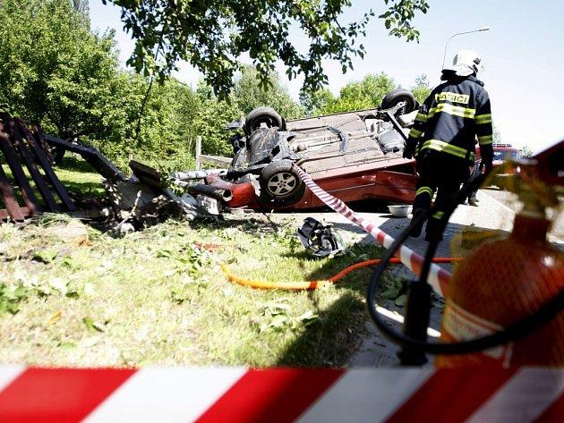 Po nehodě sknočil automobil na střeše na zahradě rodinného domu. Předtím ale vyvrátil lampu. Uvnitř byly dvě osoby zraněny