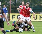 Utkání Fobalové národní ligy mezi FK Pardubice (ve červenobílém) a 1. SC Znojmo FK (v černém) na hřišti pod Vinicí v Pardubicích.