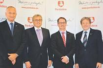 PARDUBICE v říjnu navštívil prezident Hospodářské komory ČR Vladimír Dlouhý (na snímku druhý zleva), který se setkal i s vedením krajského města.