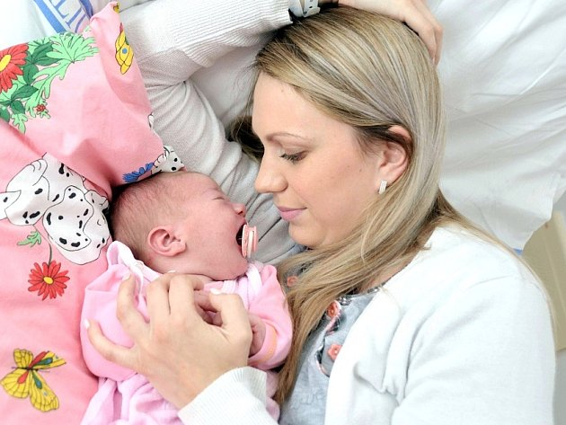 ELLEANOR JOHANOVÁ se narodila 11. července ve 13 hodin a 25 minut. Vážila 4100 gramů. Rodiče Monika a Jan bydlí v Srnojedech a doma na ně čeká Vanesa.