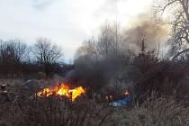Požár bezdomovecké osady v Pardubicích