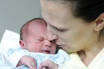 Daniel Chmelař se narodil 29. května ve 13:40 hodin. Měřil 47 centimetrů a vážil 3100 gramů. Maminku Martinu u porodu podporoval tatínek Petr a rodina je z Pardubic.