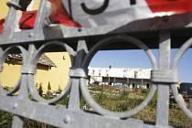 Konec ubytovny. Domy číslo popisné 49 a 50 v těchto dnech mizí ze světa. Vybydlenou ubytovnu koupila obec a na jejím místě plánuje výstavbu rodinných domů.