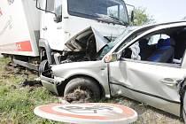 Nákladní vůz smetl osobák do protisměru pod další náklaďák. Řidič nehodu nepřežil.