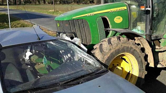 Přední nástavec traktoru při nehodě projel až do kabiny řidiče. Žena za volantem na následky zranění zemřela.