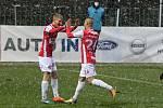 Pardubický fotbalista Emil Tischler (vlevo) vystihl autové vhazování protihráče a ve střelecké pozici si poradil. Míč zamířil s odrazem od tyče do šibenice.