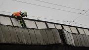 Utržený kus betonu se z nadjezdu na Kyjevské zřítil z výšky několika metrů. Nikoho nezranil, škody nezpůsobil, stav mostu ale musí ověřit statik.