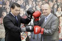 PO KRKU SI NEJDOU. Aleš Kmoníček (vlevo) s Ondřejem Šebkem natáhli boxerské rukavice jen kvůli exkluzivnímu dvojrozhovoru pro Deník. Oba dva doufají, že derby proběhne v klidu.