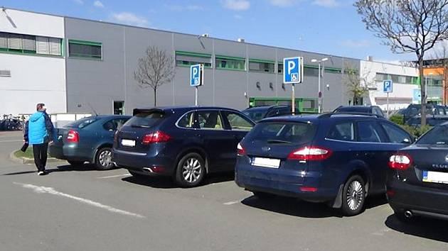 ABY MI HO NEODŘELI... Parkování na místě vyhrazeném pro osoby tělesně postižené prý řidič Porsche (druhý vůz zleva) využívá pravidelně a neoprávněně. Jsou širší a prý mu tak ostatní šoféři nemohou odřít jeho auto.