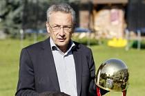 Pavel Lejhanec s trofejí pro 66. vítěze závodu.