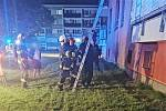 Evakuace domu. Před dýmem utíkalo na 30 lidí