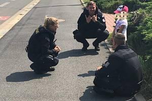 Policisté dívku našli kousek od místa útěku.