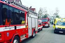 Transport nadměrného pacienta z Moravan zajišťovaly dvě jednotky hasičů a speciální zodolněná sanitka záchranné služby.