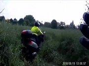 Motocyklista se zákazem řízení se pokusil ujet policejní hlídce v Pardubicích. I když zkusil nejprve pěšinku a poté dokonce uhnout do pole, nepochodil.